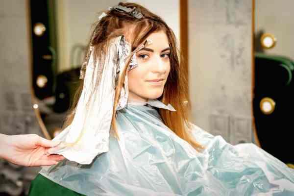 mulher clareando o cabelo em casa