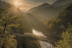 treno del foliage a-strapiombo-sul-lago