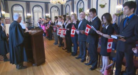 Pedidos de cidadania canadiana crescem depois que o governo flexibilizou algumas das regras