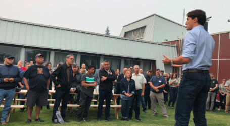 Justin Trudeau thanks firefighters, emergency workers in visit to Prince George