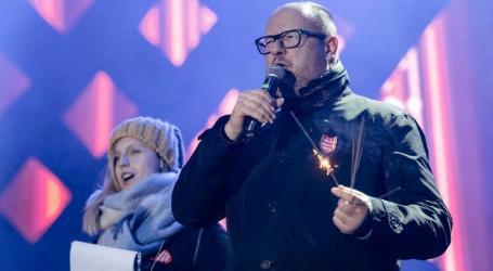 Autarca polaco esfaqueado em evento de caridade morre no hospital