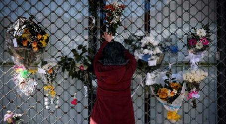 Peluches e flores na homenagem à avó e neta assassinadas no Seixal