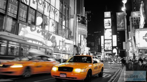 Taxis am Times Square bei Nacht