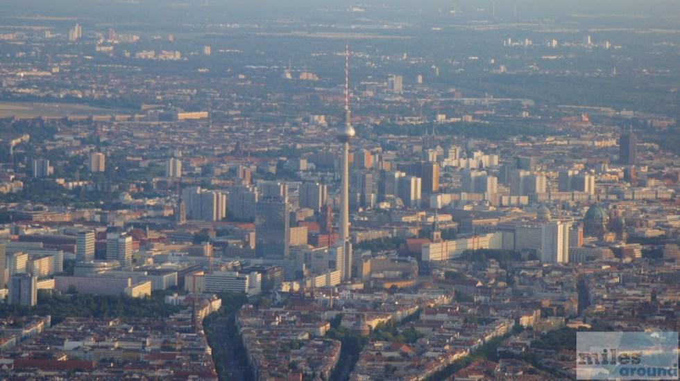 Anflug über Berlin mit Blick auf den Fernsehturm
