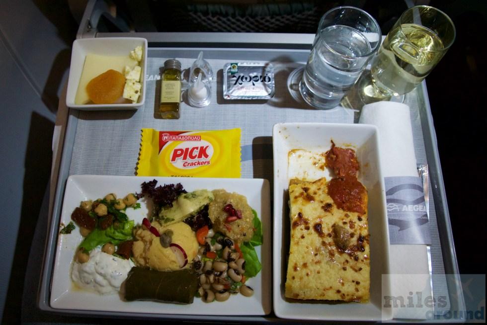 warmes Abendessen Aegean Airlines - traditionelle Moussaka und griechische Horsd'œuvre Platte
