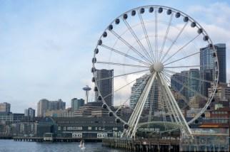 Riesenrad, Seattle Aquarium und Space Needle im Hintergrund