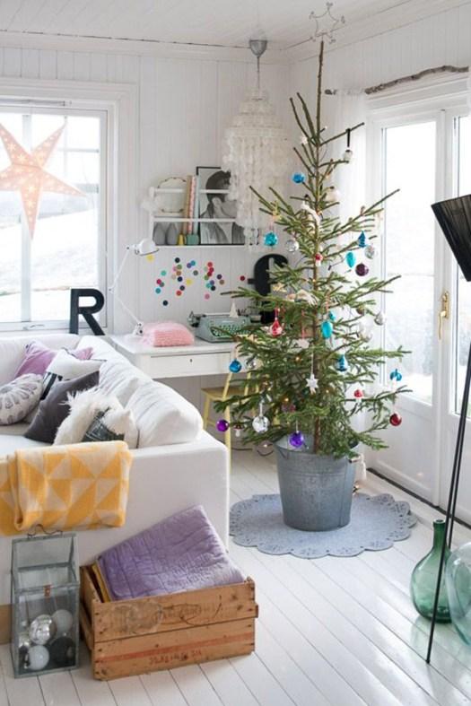Idea para poner un árbol de navidad en un salón pequeño: Dentro de un cubo de metal