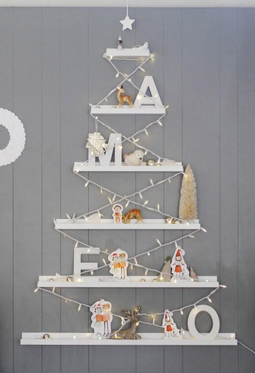 Un árbol de navidad hecho en la pared con estantes de IKEA para espacios pequeños
