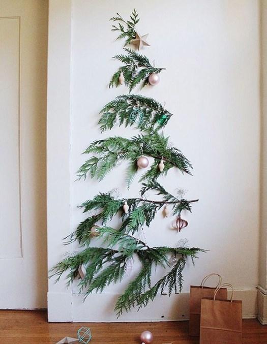 Ramas en la pared formando un árbol de navidad para salones pequeños