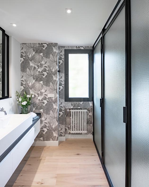 Duvar kağıdı ile süslenmiş bir banyo