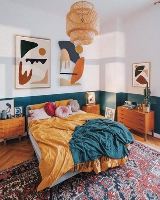 Color Azul Petróleo combinado con amarillo mostaza en paredes y decoración