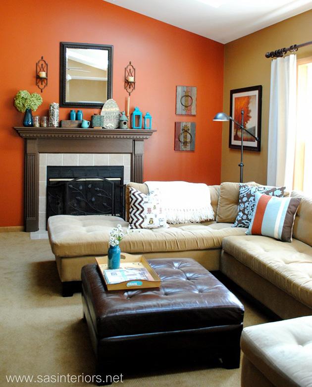 Turuncu ve kahverengi boyalı duvarlara sahip bir oturma odası