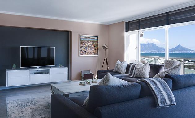 Kahverengi ve siyah duvarları birleştiren bir oturma odası