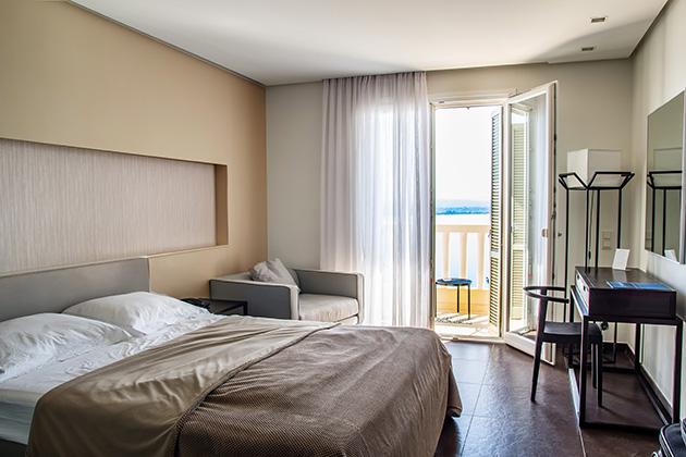 Kahverengi ve gri duvarları olan bir yatak odası