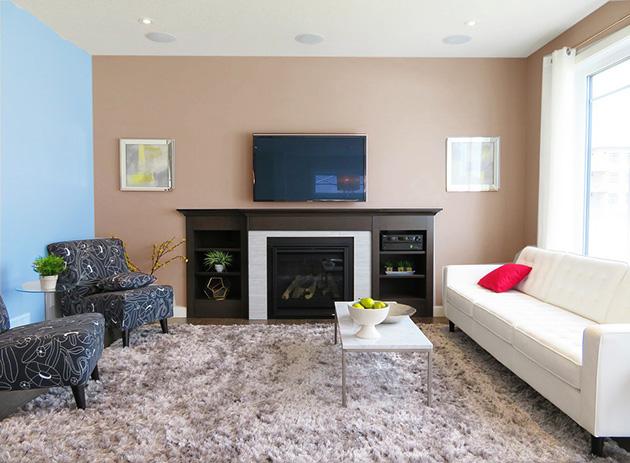 Mavi ve kahverengiye boyanmış duvarları olan bir oturma odası