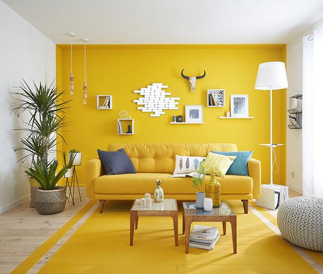 Parlak sarı boyalı oturma odası