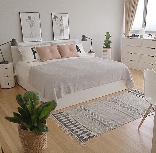 Açık gri boyalı yatak odası