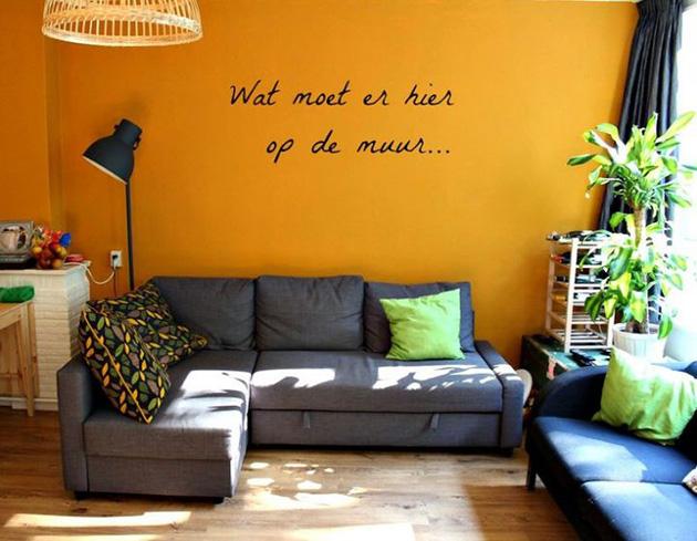 Parlak turuncu boyalı oturma odası