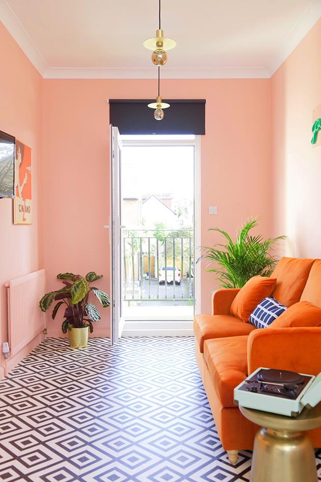 Pastel somon renklerinde boyanmış ve dekore edilmiş bir oturma odası
