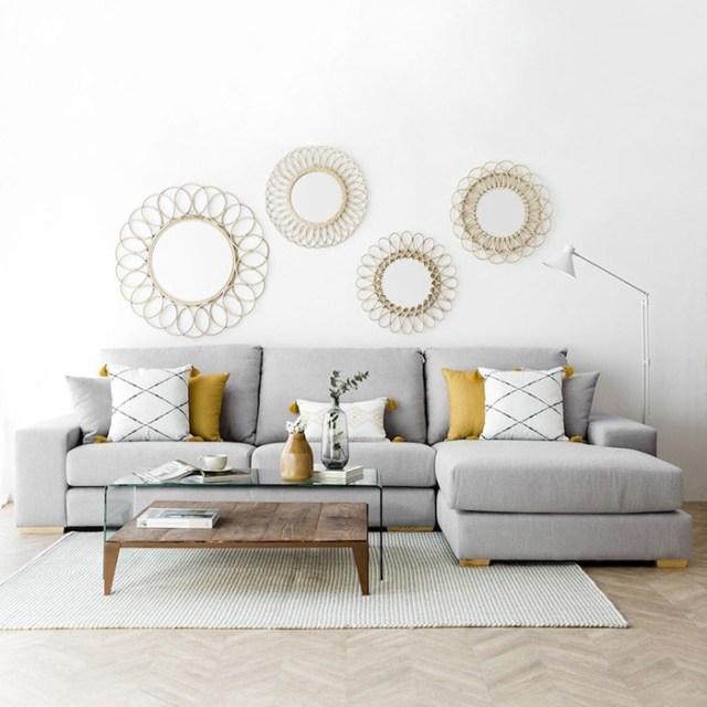 Gri ve sarı tonlarda minderleri birleştiren gri bir kanepe