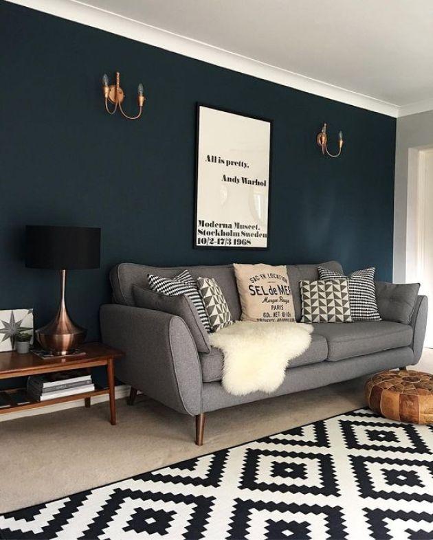 Gri kanepe ile kombine koyu mavi duvar rengi