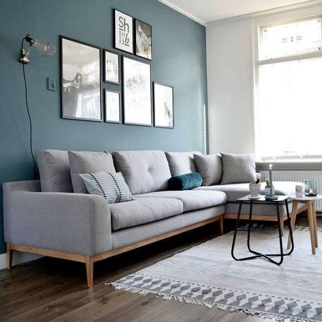 Gri kanepe ile birlikte duvarda mavi renk