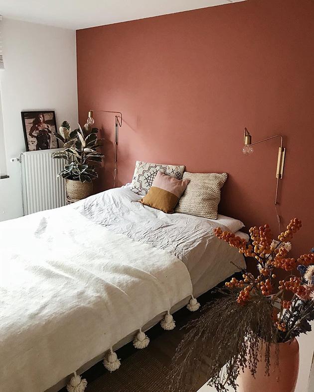 Muhteşem modern bir yatak odasında beyazla birleştirilmiş karo rengi