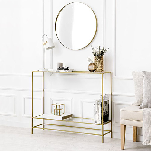 Altın metal ve temperli cam ile zarif tasarımlı dar konsol