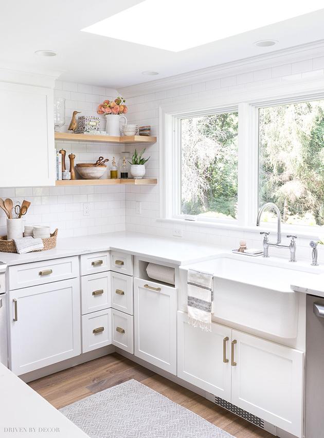 Eski bir mutfak nasıl dekore edilir: ahşap raflar