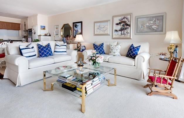 Minderlerde mavi desenli kum rengi bir oturma odası