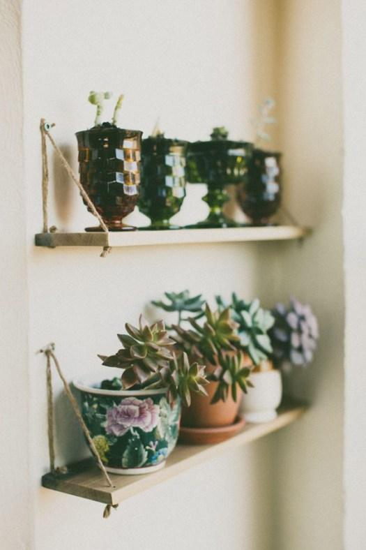 Una estantería llena de suculentas para decorar la casa