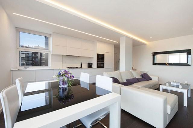 Oturma odasındaki sütunları diğer duvarlarla aynı şekilde boyayarak dekore etme fikri