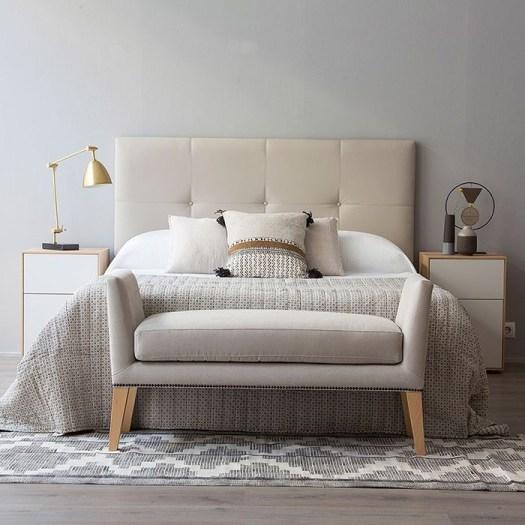 Un banco elegante para decorar el pie de cama