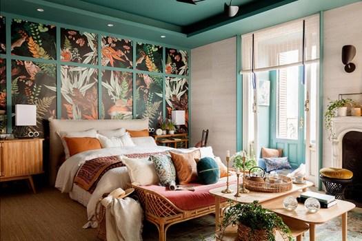 Un banco de bambú o ratán para decorar el pie de cama