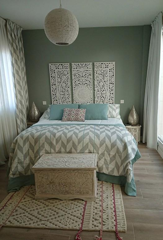 Un baúl de madera tallada para decorar el pie de cama