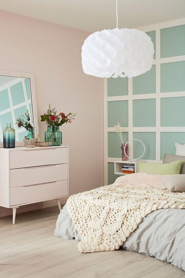 Soluk pembe ve su yeşili boyalı neşeli ve güzel evlilik odası