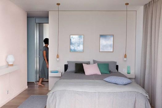 Dormitorio de matrimonio alegre y bonito pintado y decorado en tonos neutros