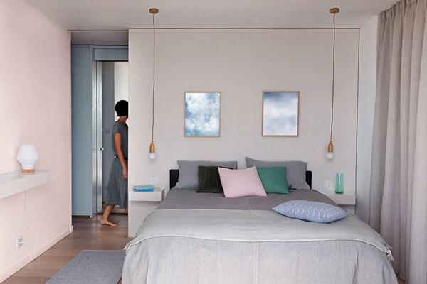 Nötr tonlarda boyanmış ve dekore edilmiş neşeli ve güzel çift kişilik yatak odası