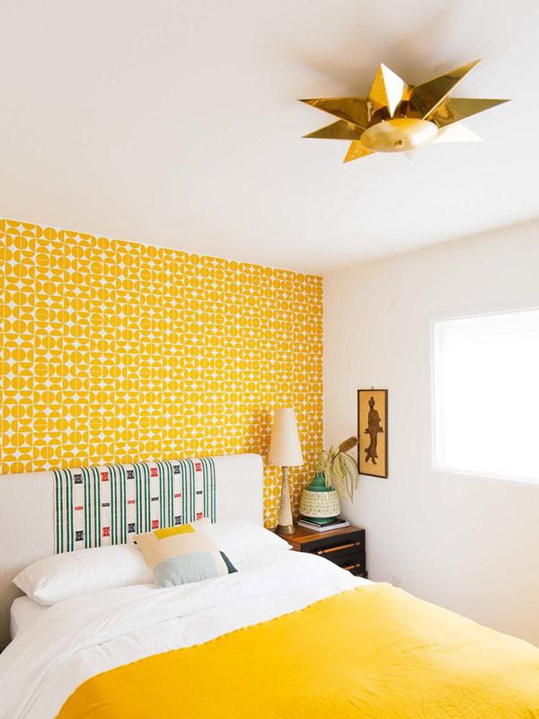 Sarı renkli neşeli ve güzel çift kişilik yatak odası