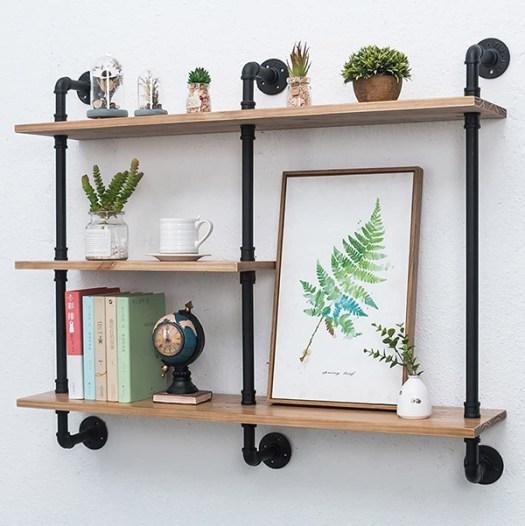 Estantería DIY hecha con tuberías y madera