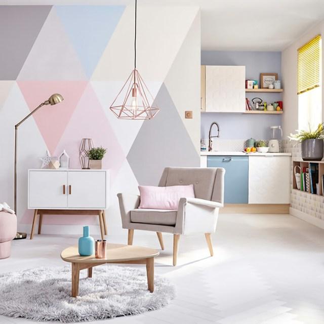 Pastel renkler ve eşkenar dörtgenlerle boyanmış bir oturma odası