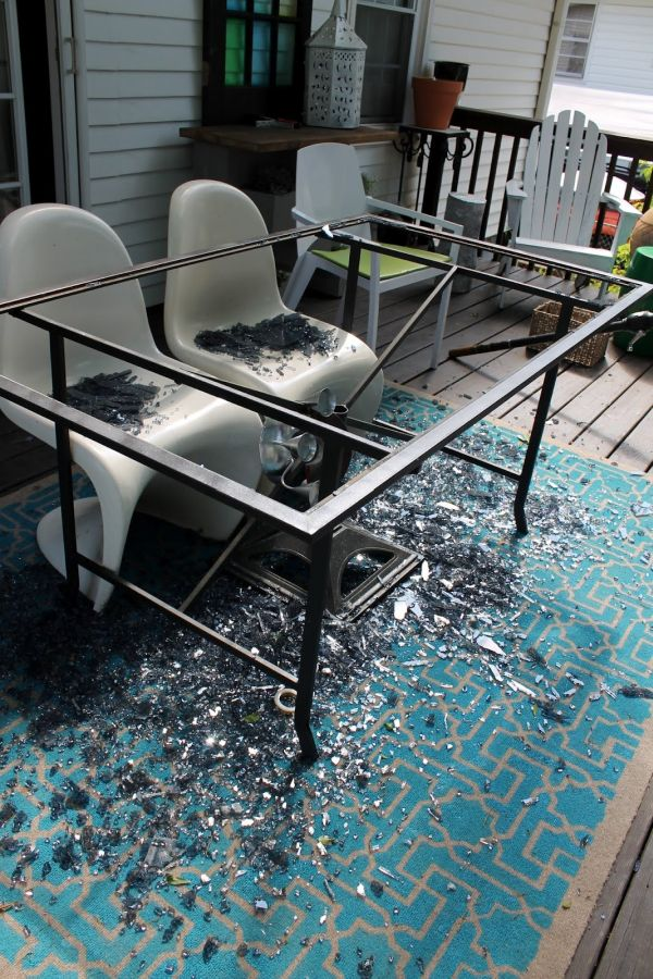 De una mesa de cristal rota a una mesa de madera con