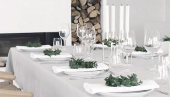 Mesa de navidad sencilla y bonita en tonos blancos y grises.
