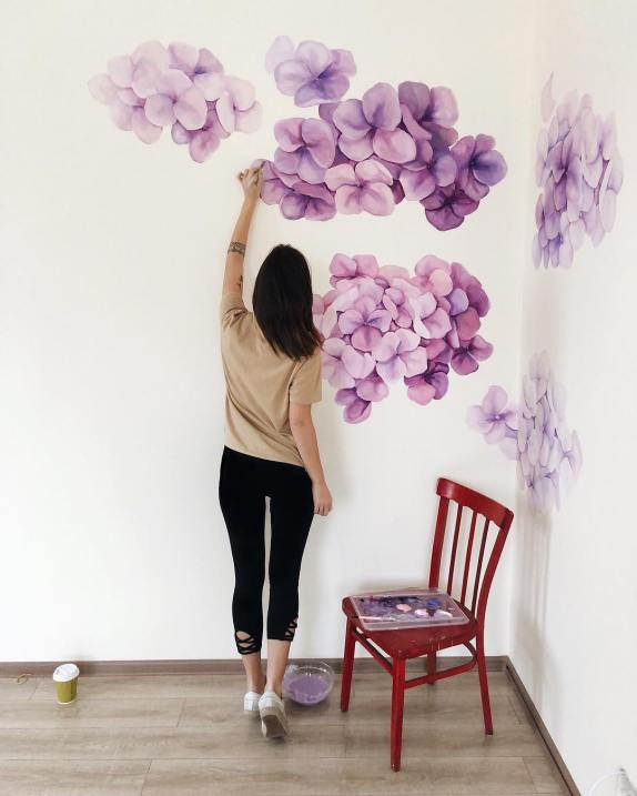 Tanya Bonya duvarda bir duvar resmi yapıyor