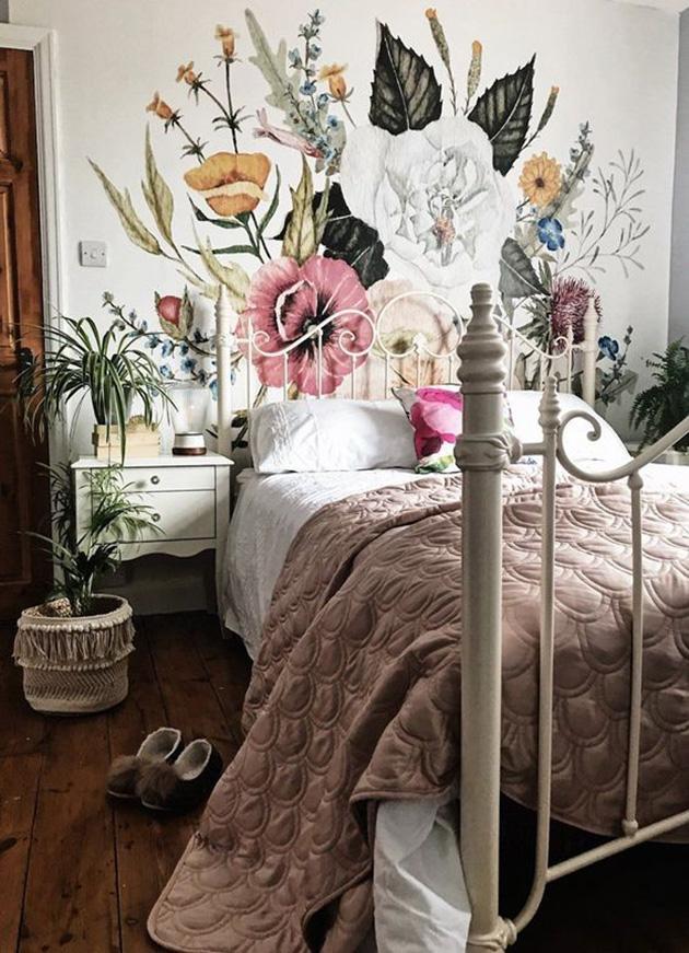 Yatak odası duvarlarına boyanmış dekoratif duvar resmi