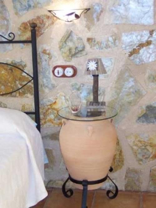Kil kavanozdan yapılmış orijinal bir başucu masası