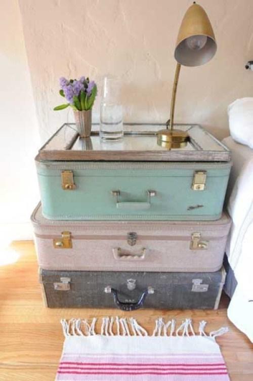 Eski valizlerden yapılmış bir komidin
