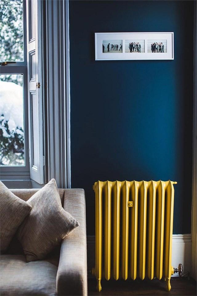 Sarı ile kombine koyu maviye boyanmış bir oturma odası