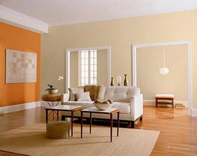 Beyaz mobilyalarla turuncu boyalı oturma odası