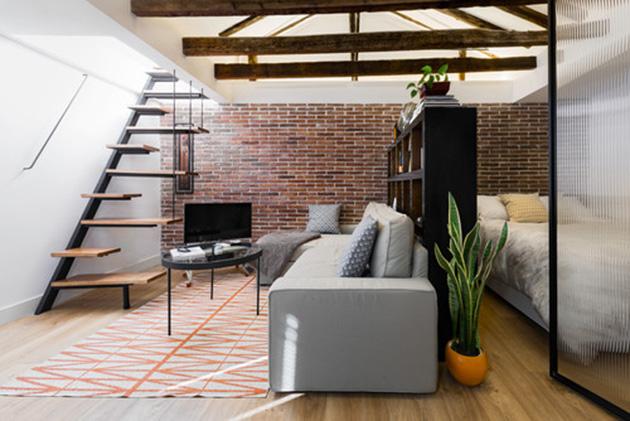 Küçük, endüstriyel tarzda bir oturma odası